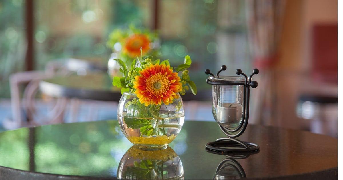 Tisch mit Dekoration, glänzende Oberfläche